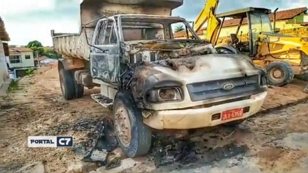 Caçamba e trator são incendiados por criminosos na cidade de Floriano