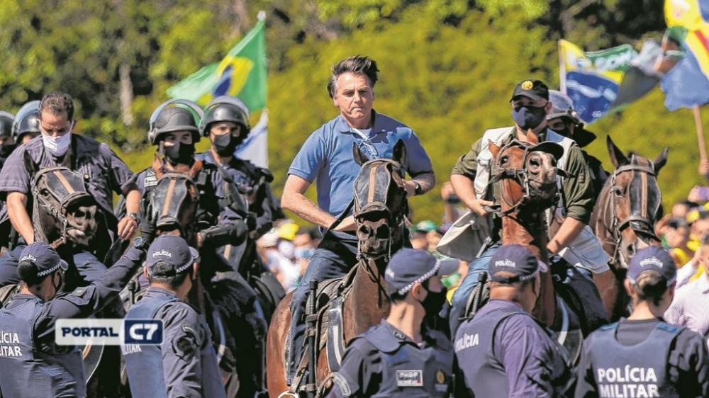 Bolsonaro usa helicóptero e anda a cavalo em protesto em Brasília