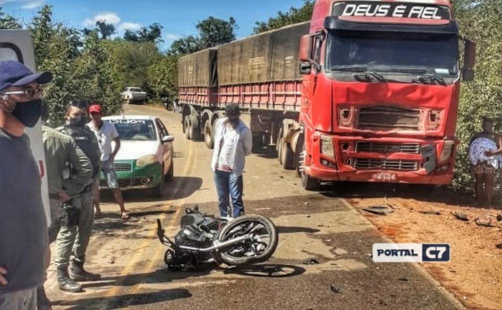 Casal morre após acidente entre motocicleta e carreta em cidade do Piauí