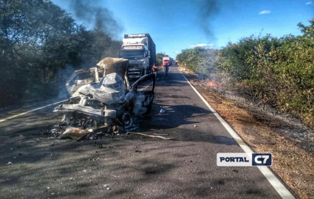 Carro pega fogo após colisão e duas pessoas morrem carbonizadas no Piauí