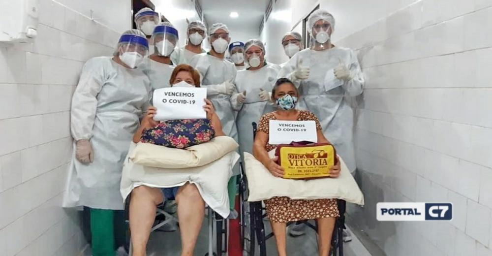 Mãe e filha deixam juntas hospital após serem curadas do Coronavírus no Piauí