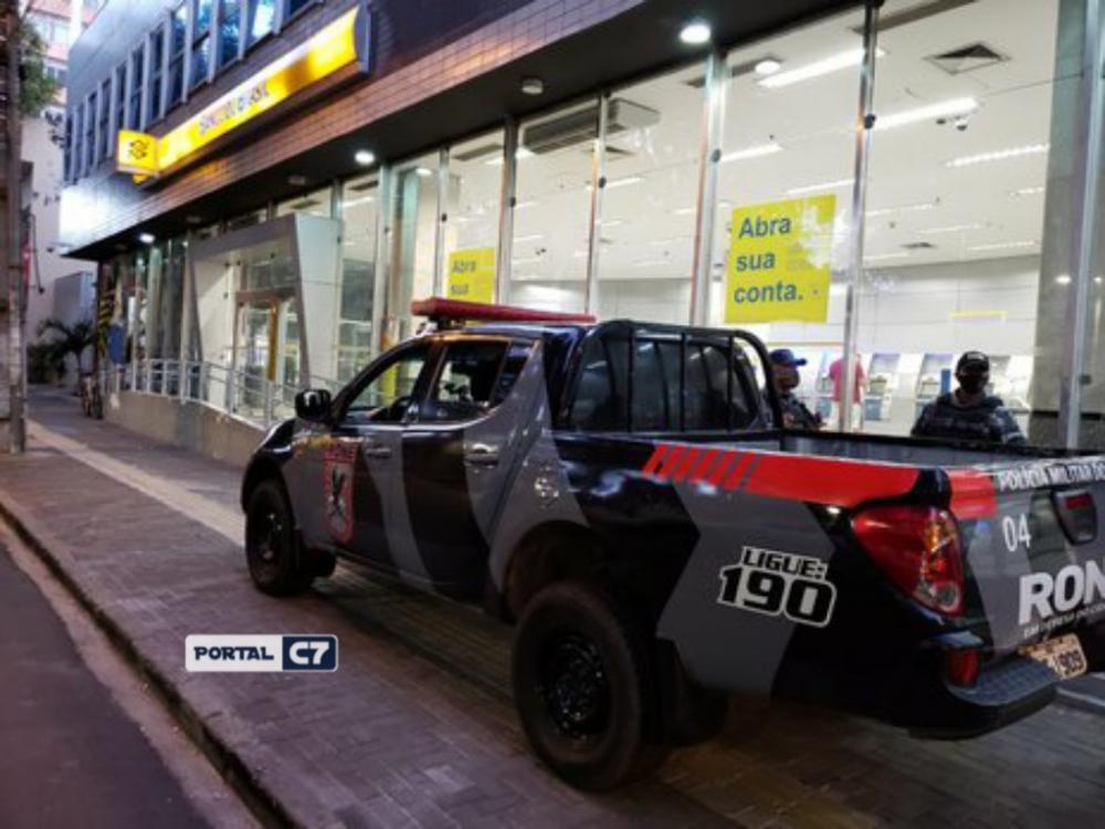 Bandidos rendem policial e roubam arma na frente de banco em Teresina