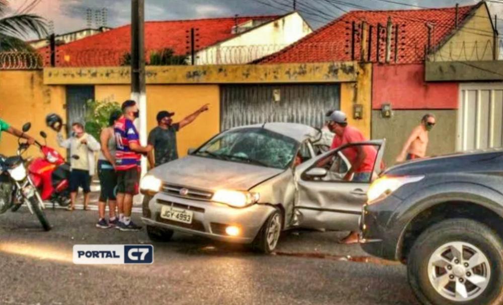 Motorista morre e filha fica ferida após veículo colidir em poste no Piauí